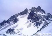 两位女游客在玉龙雪山