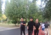 网友偶遇朝阳公园周润发晨跑 为北电新生现场授课