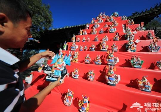 """北京民俗博物馆堆起""""兔儿爷山"""" 游客可自制月饼、体验拜月礼仪"""