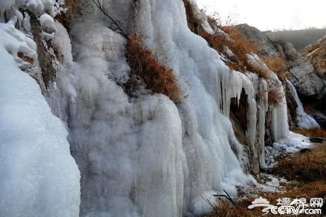 北京门头沟山泉水凝形成巨大冰瀑[墙根网]