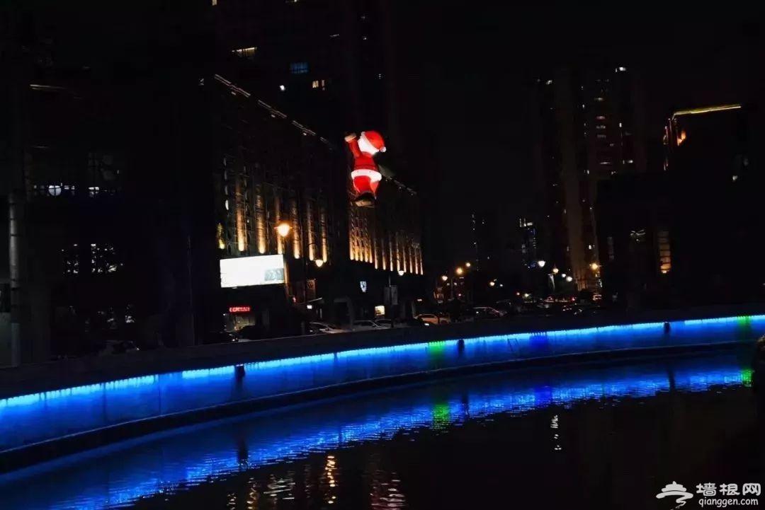魔都圣诞新打卡地诞生 8米巨型爬墙圣诞老人亮相