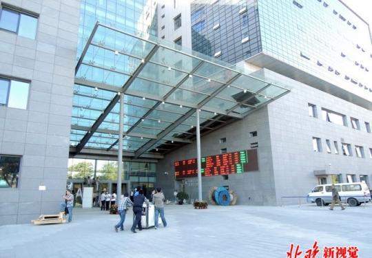 """北京协和医院""""一证通行"""" 本月起推行身份证替代就诊卡服务"""