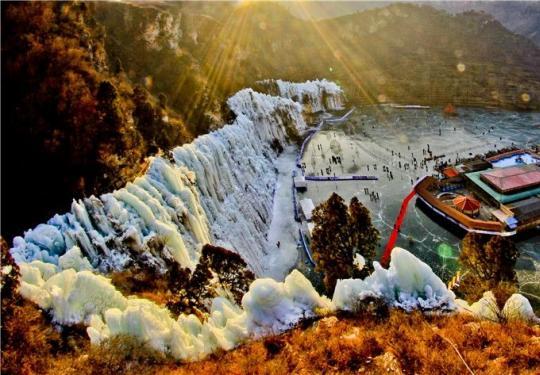 2019北京金水湖冰瀑节开幕 30000平米彩色冰瀑惊现房山