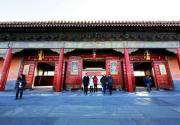 新年故宫挂门神,有人叫好有人批,质疑人为破坏传统建筑形态