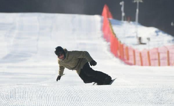 温泉冰雪体育公园 离城区最近的滑雪场开业了,就在西山脚下![墙根网]