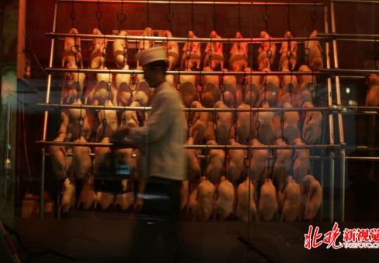 北京烤鸭下月起施行统一标准 此后鸭头也要装盘