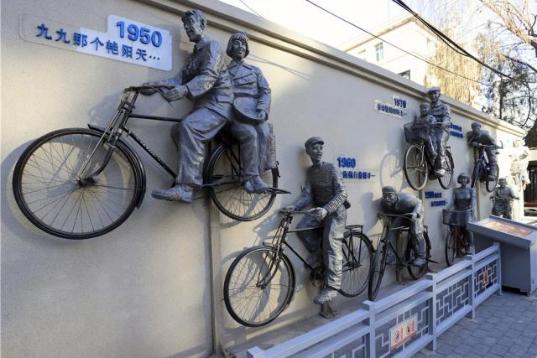 朝阳小关东里10号院 废自行车巧变浮雕展时代变迁