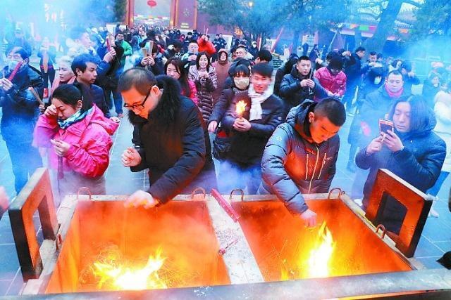 """昔年老北京共有17处庙会,雍和宫的""""打鬼""""最奇特,观者人山人海[墙根网]"""