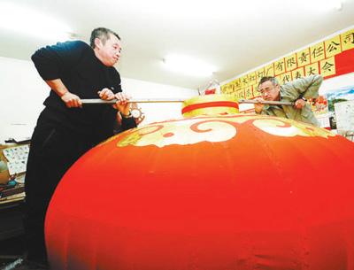 天安门城楼悬挂大红灯笼习惯始于何时?灯笼如何制作?[墙根网]