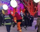 龙庆峡冰灯展区因碎石坠落穿透展区顶棚,致数名游客受伤 景区已关闭