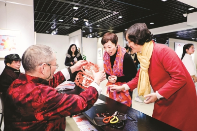 """宝山非遗剪纸精品展引市民叫好 """"鞋头花""""传递记忆中的温暖"""