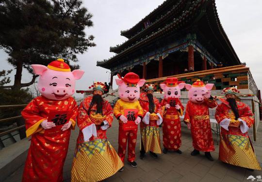 快去看看,北京景山公园里玩偶发福字