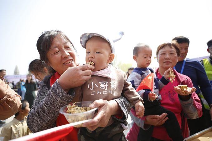 北京平谷第五届香椿文化节开幕,峪口镇进入采摘季,将持续到5月中旬[墙根网]