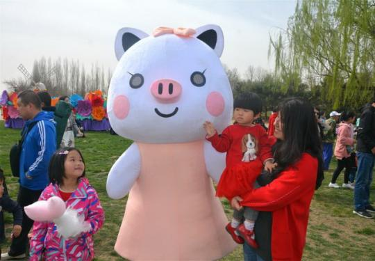 北京国际鲜花港400余万株郁金香盛放 游客可与卡通人偶互动