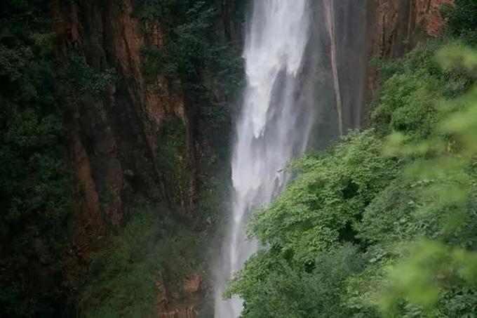 河北瀑布群迎来颜值巅峰!夏季水瀑成林,冬季冰瀑成峰[墙根网]