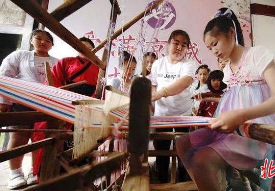 """香山公园举行""""七夕""""主题文化周活动 母女一起体验织布机、刺绣"""