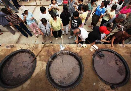 立秋日,上千人来到北京斋堂镇灵水村喝秋粥,戴秋叶!