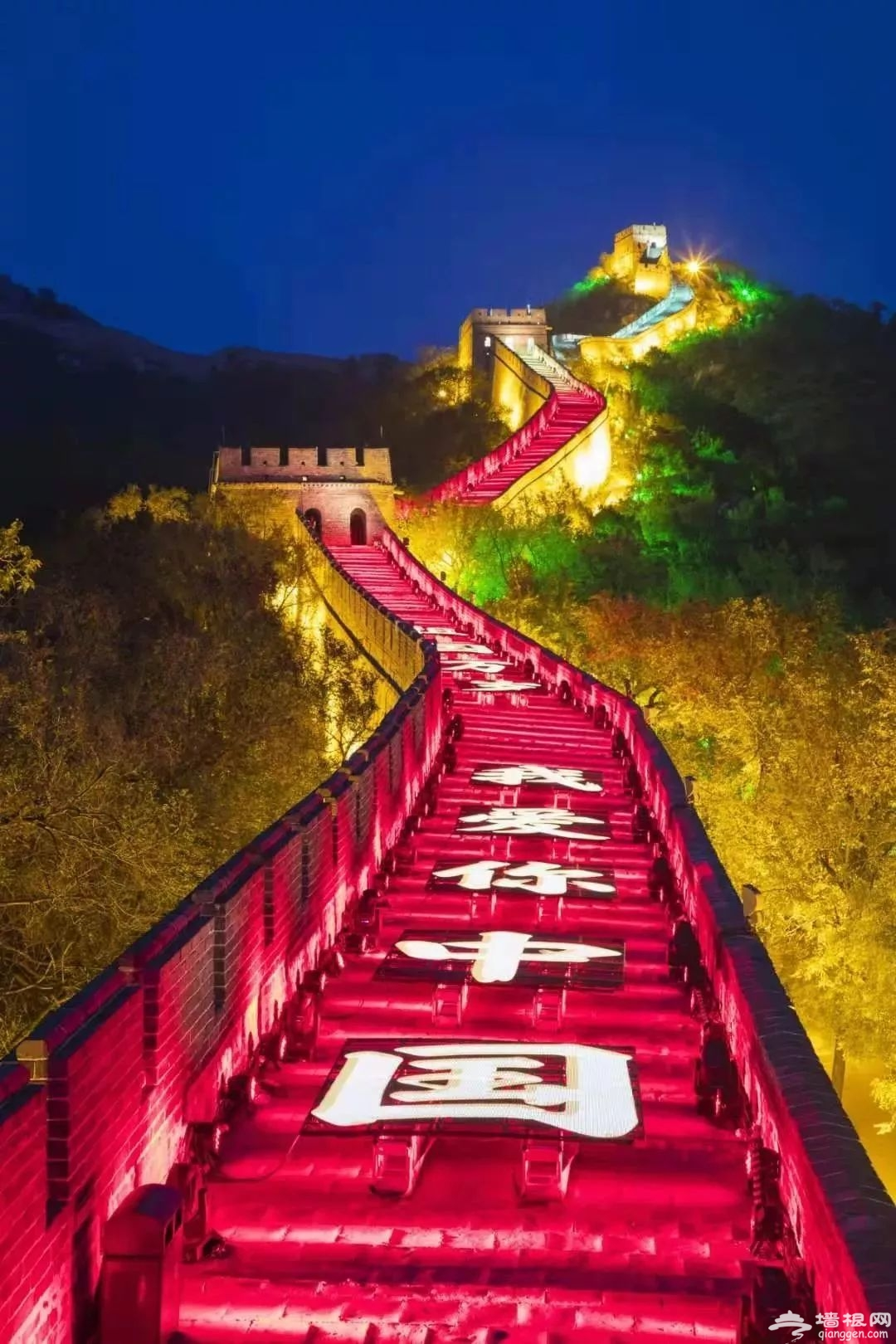 """巨龙腾飞!""""我爱你中国""""灯光秀点亮八达岭[墙根网]"""