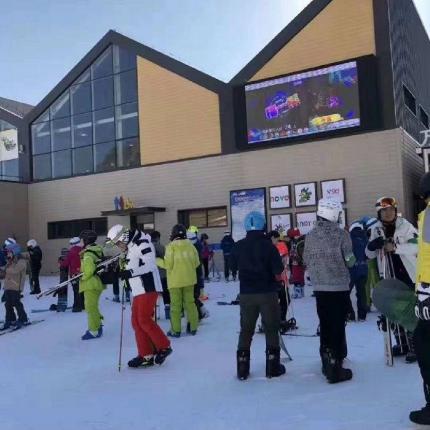 【延庆|石京龙滑雪场】阳光下!白雪中!和孩子尽情玩耍!80元抢「万科石京龙滑雪场」平日票!130元抢周末票!滑雪+魔毯+缆车等