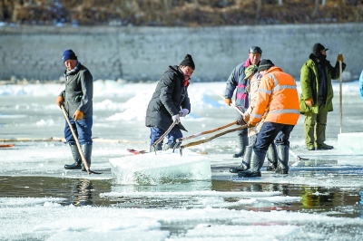 京北延庆龙庆峡,工人和冰雕师正忙着取冰造灯呈现冰雪光影世界[墙根网]