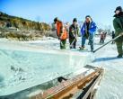京北延庆龙庆峡,工人和冰雕师正忙着取冰造灯呈现冰雪光影世界